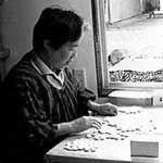 蛤(はまぐり)碁石を扱う伝統工芸師の職人さん